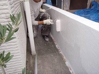 お昼を食べる前に、下塗りが乾いているかを確認して中塗りを行います。 今回の中塗りは純白色を塗っています。