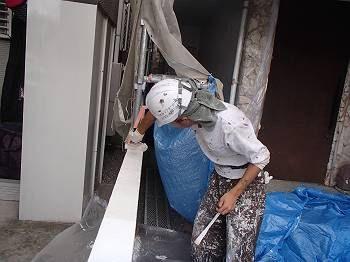 塀のてっぺんから雨水が入ると、後々塗装が剥がれてしまうのでガッチリ塗らないといけません。 ローラーに塗料をたっぷり含ませてゆっくり乗せるように転がしていきます。