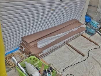 アルミ材の設置が終わると、目隠しの取り付けです。木目調の樹脂フェンスです。