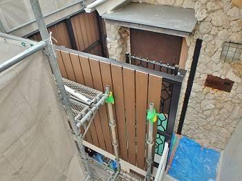 正面と玄関を見た様子。 家の外観デザインにマッチしていますね。
