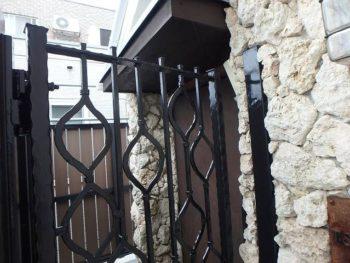 施工後玄関の門扉。 シックなブラックで塗装されています。