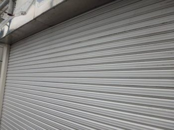 車庫のシャッターは、塗料の厚みで上げ下げが重くなる事もあるため、塗るのを止めました。