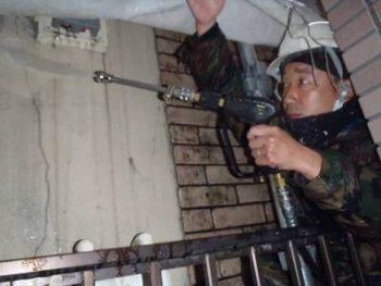 狭い外壁の隙間きちんと洗浄する塗装職人