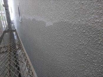 外壁の中塗りを行います。