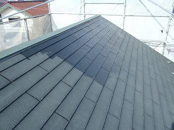 屋根が濡れた色になっているところが下塗りをしたところです。 手前はまだ未塗装です。