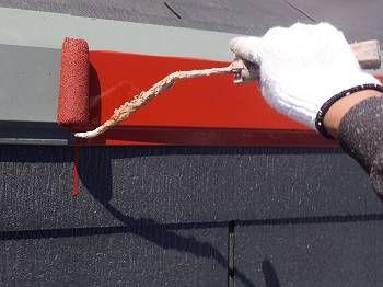 コロニアル屋根を塗り終えて乾いた後トタンの棟板をサビ止めで塗ります。