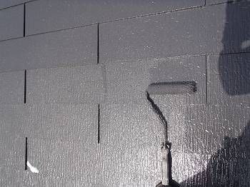 屋根の中塗り・上塗りをローラーで行います。