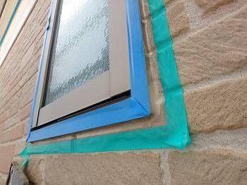 窓廻りの目地は基本的に撤去ができず、 上から充填して対処します。 養生がされているところ。