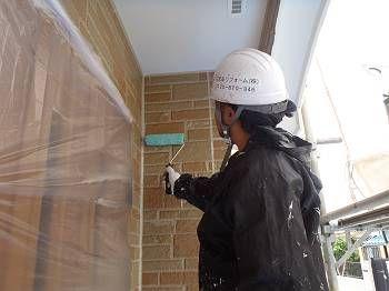 ローラーで丁寧に塗装します。 玄関周りを塗装しています。