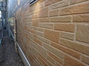 クリアーで塗装した施工後の1階外壁。