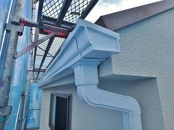 雨樋も既存色でピカピカに仕上げています。