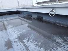 屋上の防水層は塗膜が剥がれている状態です。