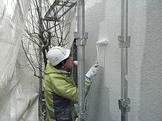 外壁に下塗りを塗布します。