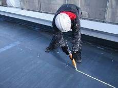 屋上の防水層は下地処理の後、パネルの板間にコーキングを行います。