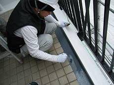 階段廊下の隅にある水路も同様に防水塗装をします。