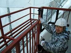 階段通路の鉄部は錆止め後、ファインウレタンで塗装。