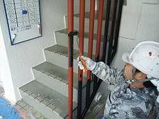 同じ鉄部である柵も塗装。