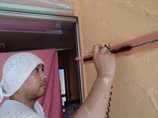 外壁の重要ポイント・目地を塗っています。