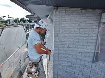 軒天を塗装する為の養生をしています。 後から軒天を行うので注意しながら作業しています。