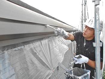 雨樋塗装の様子。細かい部分のダメ込みをハケで先に行っています。