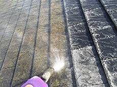屋根の高圧洗浄中です。 コケが一気に落ちていきます。