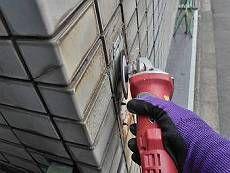 タイル面は塗装しませんが、看板の撤去跡などが目立っていた為洗浄前にケレンを行います。