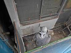 各所の補修・下地処理が完了後、上の階から順に塗装を施します。
