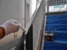 手すりの下塗り(サビ止め)塗装中。塗り残しのないよう丁寧に塗装します。