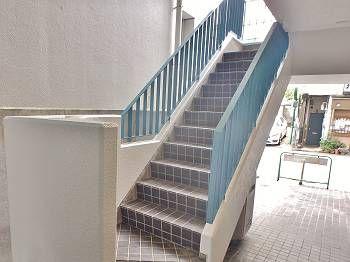 施工後の階段です。綺麗になった手すりが目を引きます。