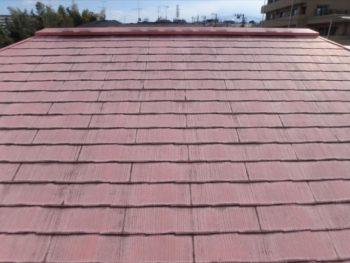 屋根は確かに退色こそしていますが、やはり雨漏りが心配されるような状態ではありません。 棟もしっかり付いていますし、下地が腐っている様子も見られません。塗り替えを行うことに。