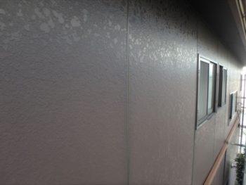 屋根は退色が激しいですが、外壁はしっかりとしていました。 12年前と同様の塗り替えをというご依頼で、「ケーキ」をイメージした配色を選択されたとのこと。