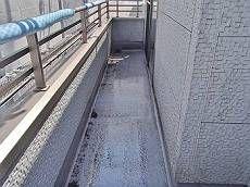 施工前のバルコニー床です。FRP防水の表面が劣化しています。