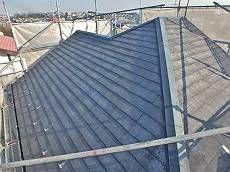 施工前の屋根です。既存塗膜はほとんど剥がれていました。