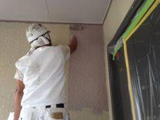 外壁の上塗りです。淡いすみれ色です。
