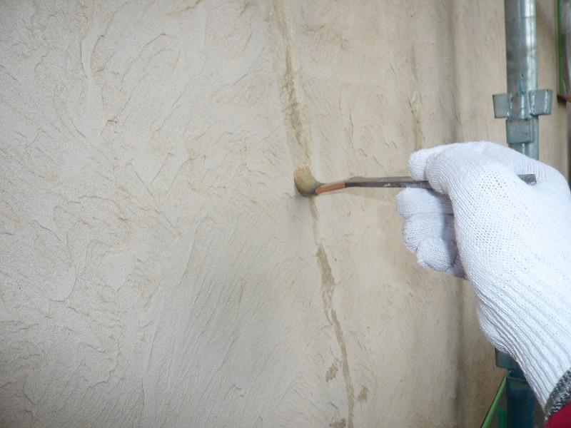 ひびわれ(クラック補修)でシリコンコーキングしといるところは塗料を弾かないように、専用のシーラーを使って下処理をしています。