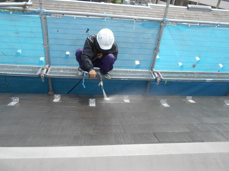 屋根の汚れを丹念に洗い飛ばして行きます。