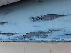 破風板や雨戸戸袋、窓枠は木部が使われていますが、部分的に塗膜の剥がれが目立ちます。