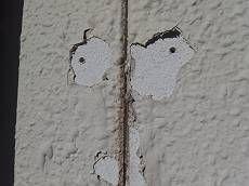 膨れが破れている箇所も発見。こうなってしまうと、行く行く雨漏りの原因になりかねません。