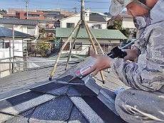 屋根も高圧洗浄を行った後、塗装に取り掛かる前に、棟板の補修やスレートの補修を行います。