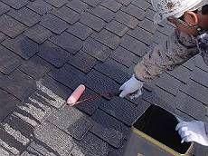 屋根の下塗りの様子。