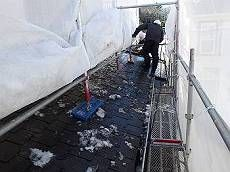 雪が降った為、高圧洗浄の際に雪下ろしを敢行。