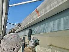 破風板などの木部は、既存色に合わせブルー系で塗装。