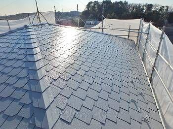 最終チェックの際(晴れの日)の施工後の屋根。光沢が美しく光ります。