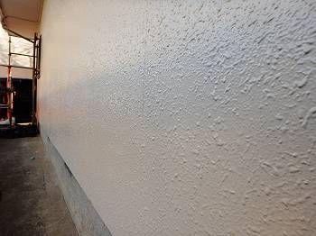 外壁の膨れた部分はしっかりパターンを補修し、違和感なく仕上げています。