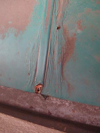 鉄板にビニールコーティングしてある先端がこのように錆びていました。