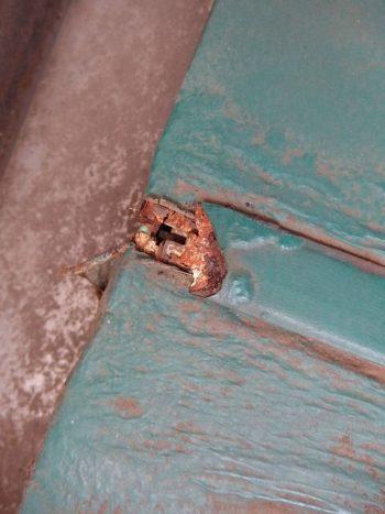 穴の部分は屋根より先にあるので、A様と相談して次のように簡易補修をする事になりました。