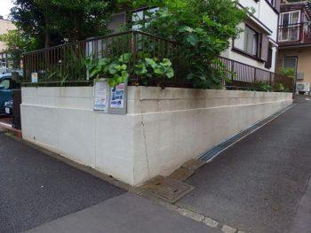 A様邸は角地なので塀があります。 坂道だとどうしても地盤が動きがちなので、塀にヒビ割れが出ています。 勿論埋めてから塗ります。