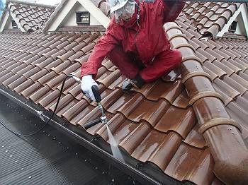 屋根は日本瓦で問題はなく今回は施工しません。 水洗いのみ行いました。
