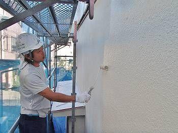 外壁中塗り中です。