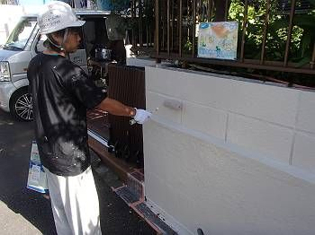 塀の中塗り・上塗りをかけます。